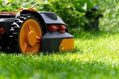 Køb en robotplæneklipper og spar tid på at klippe græsset